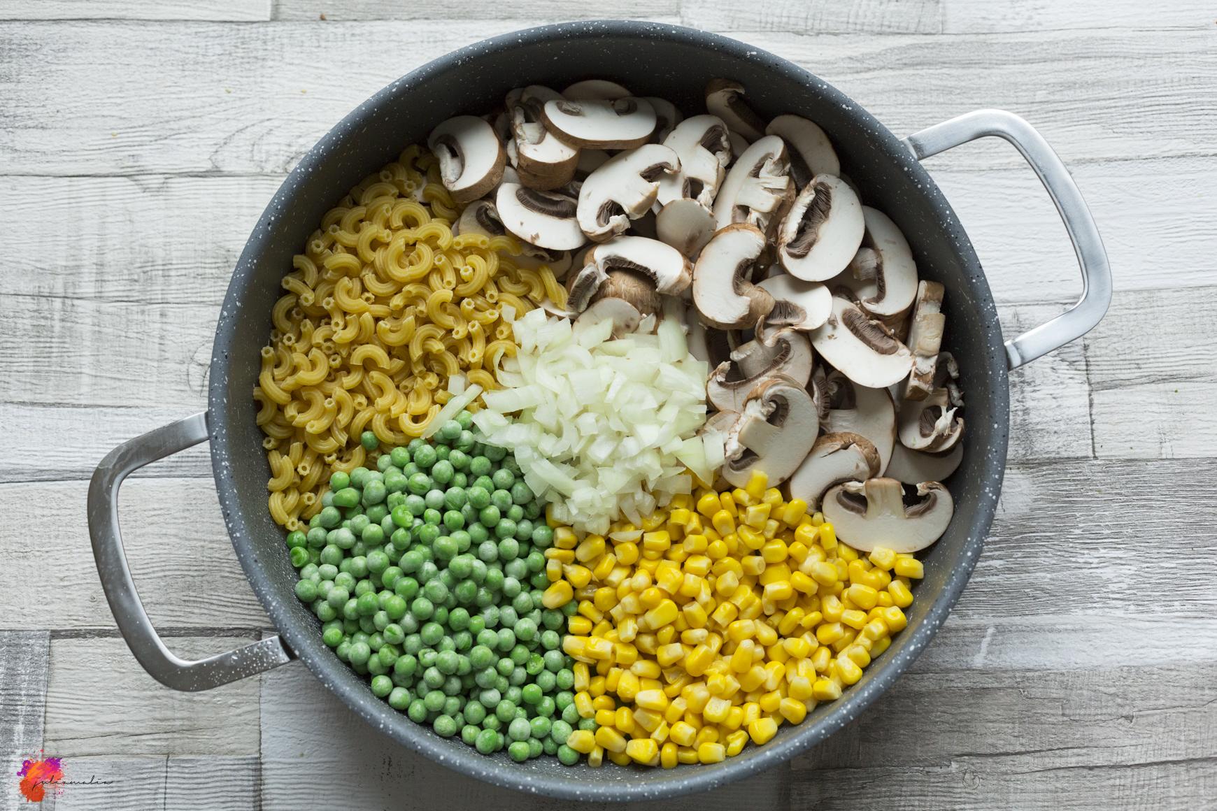 Pfanne mit Gemüse und Nudeln